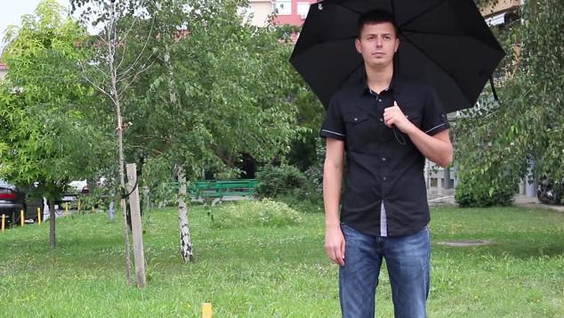 Mit látsz a képen - esernyős várakozó férfi